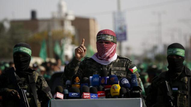 المتحدث باسم الجناح العسكري لحركة حماس يتحدث إلى الصحافة في بلدة خان يونس، جنوب قطاع غزة، 11 نوفمبر 2019. (AP Photo / Hatem Moussa)