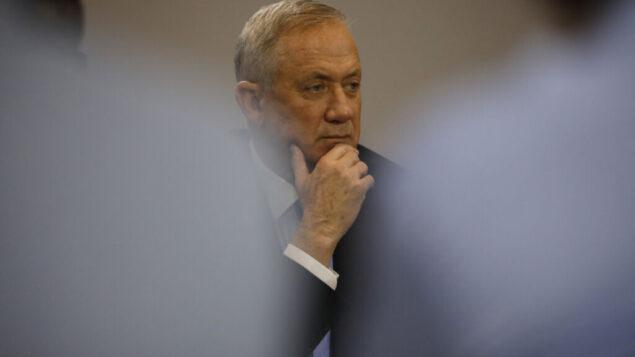 بيني غانتس، زعيم حزب 'ازرق ابيض'، خلال اجحتماع لحزبه في تل ابيب، 12 ديسمبر 2019 (AP/Ariel Schalit)