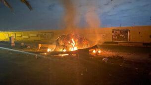 مركبة مشتعلة في مطار بغداد الدولي في أعقاب غارة جوية في العاصمة العراقية بغداد، والتي أسفرت عن مقتل الجنرال الإيراني قاسم سليماني في 3 يناير، 2020. (Iraqi Prime Minister Press Office via AP)