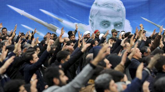 متظاهرون يتظاهرون ضد غارة جوية أمريكية في العراق أدت إلى مقتل الجنرال قاسم سليماني، في طهران، إيران، 4 يناير 2020. (AP Photo / Ebrahim Noroozi)