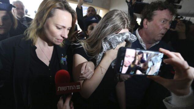 شابة بريطانية (19 عامًا)، أدينت بتهمة الادعاء بأنها تعرضت للاغتصاب من قبل 12 إسرائيليًا، تصل إلى محكمة فاماغوستا المحلية لإصدار الحكم عليها، 7 يناير 2020 (AP Photo / Petros Karadjias)