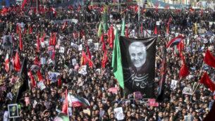 مشيعون يشاركون في مراسم تشييع للجنرال الإيراني قاسم سليماني وزملائه الذين قتلوا في غارة أمريكية بطائرة مسيرة، في مدينة كرمان، إيران، 7 يناير 2020 (Erfan Kouchari/Tasnim News Agency via AP)