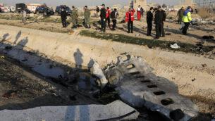 حطام الطائرة الأوكرانية التي تحطمت يظهر في الصورة في الوقت الذي تعل فيها السلطات في مكان سقوطها في مدينة شهد شاهر، جنوب غرب العاصمة الإيرانية طهران، 8 يناير، 2020.(AP Photo/Ebrahim Noroozi)
