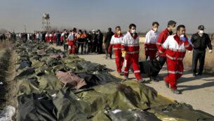 عمال إنقاذ يحملون جثة أحد ضحايا تحطم طائرة أوكرانية في شاهدشهر، جنوب غرب العاصمة طهران، إيران ، 8 يناير 2020 (AP Photo / Ebrahim Noroozi)