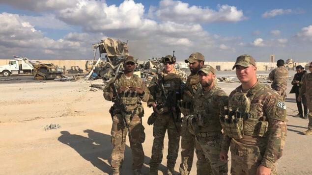 جنود أمريكيون يقفون في موقع قصف إيراني في قاعدة عين الأسد الجوية في الأنبار، العراق، 13 يناير 2020. (AP / Qassim Abdul-Zahra)