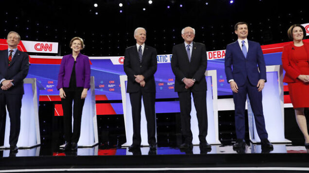 من اليسار، المرشحين الديمقراطيين للرئاسة رجل الأعمال توم ستاير، السناتور إليزابينث وورن (ديمقراطية-ماساتوشوستس)، نائب الرئيس السابق جو بايدن، السناتور بيرني ساندرز (مستقل-فيرمونت)، رئيس بلدية ساوث بند السابق بيت بوتيجيج، والسناتور امي كلوبوشار (ديمقراطية-مينيسوتا)، يقفون على المنصة، 14 يناير، 2020 قبل مناظرة المرشحين الديمقراطيين  التي استضافتها شبكة CNN  وصحيفة 'دي موين ريتجستر' في دي موين بولاية أيوا. (AP Photo/Charlie Neibergall)