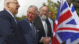 الأمير تشارلز، وسط، يلتقي برئيس الدولة رؤوفين ريفلين، يسار، والحاخام الأكبر لبريطانيا إفرايم ميرفيس في مقر رؤساء إسرائيل في القدس، 23 يناير، 2020.  (Victoria Jones/Pool via AP)