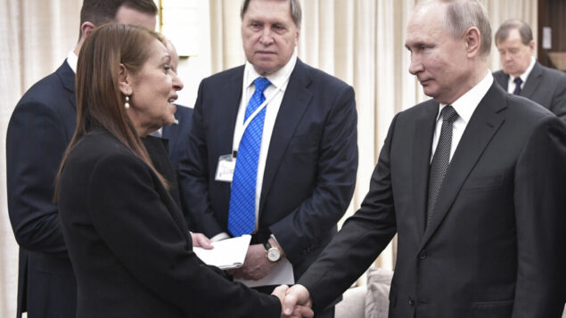 الرئيس الروسي فلاديمير بوتين يصافح يافا يسسخار، والدة المواطنة الإسرائيلية نعمة يسسخار المسجونة في روسيا بتهمة تهريب المخدرات، في القدس، 23 يناير 2020 (Aleksey Nikolskyi, Sputnik Kremlin Pool Photo via AP)