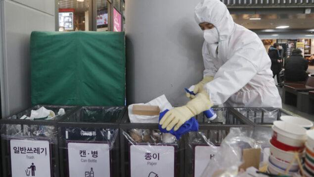 موظف يعمل على منع انتشار فيروس كورونا في محطة سوسيو في سيول، كوريا الجنوبية، 24 يناير 2020. (Ahn Young-joon / AP)