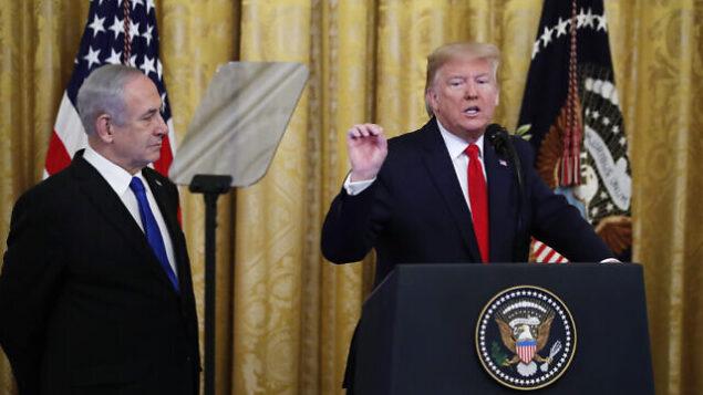 الرئيس الأمريكي دونالد ترامب مع رئيس الوزراء بنيامين نتنياهو ، خلال الإعلان عن خطة إدارة ترامب  لحل النزاع الإسرائيلي الفلسطيني 28 يناير  2020 AP Photo/Alex Brandon
