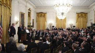 الرئيس الأمريكي دونالد ترامب ورئيس الوزراء بنيامين نتنياهو خلال حدث في الجناح الشرقي بالبيت الأبيض في واشنطن،  28 يناير، 2020. (AP/Susan Walsh)