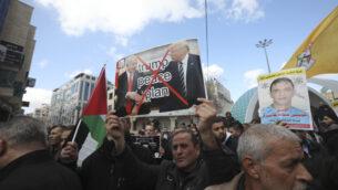 فلسطينيون يحتجون على خطة الرئيس الأمريكي دونالد ترامب للسلام في الشرق الأوسط، في الخليل، الضفة الغربية، 29 يناير 2020. (AP/Mahmoud Illean)