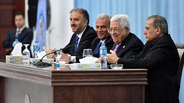 رئيس السلطة الفلسطينية محمود عباس يتحدث أمام صحافيين فلسطينيين وعرب في المقر الرئاسي برام الله، 3 يوليو، 2019. (Wafa)