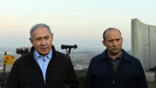 رئيس  الوزراء بنيامين نتنياهو (يسار) ووزير الدفاع نفتالي بينيت يقومان بجولة على الحدود الشمالية، 24 نوفمبر، 2019. (Haim Tzach/GPO)
