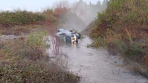 سيارة جرفتها الفيضانات في جدول داليا في شمال إسرائيل في 5 يناير 2020، وعثر عليها في 6 يناير بجوار جثة السائق. (Israel Police)