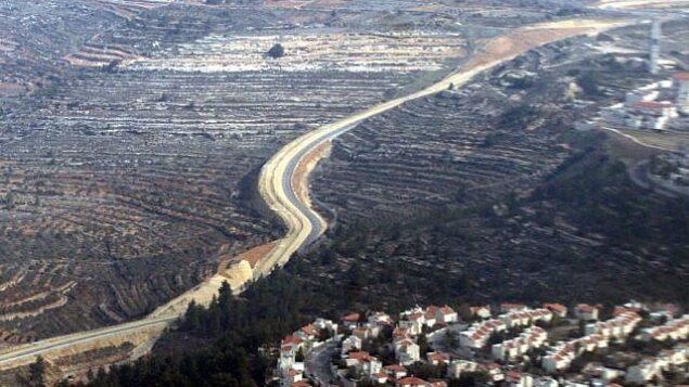 الجدار الفاصل الذي يمر عبر تلال القدس.  (Yossi Zamir/Flash90)