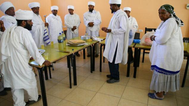 توضيحية: قادة يهود إثيوبيون، في بلدة يافنيه الإسرائيلية، يستعدون لتظاهرة كبيرة ضد سوء معاملتهم في المجتمع الإسرائيلي، 22 يونيو، 2015. (FLASH90)