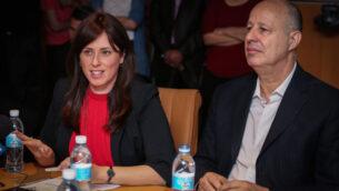 تسيبي حطفلي (يسار) وتساحي هنغبي (يمين) في اجتماع لجنة الشؤون الخارجية والأمن بوزارة الخارجية في القدس، 21 يوليو 2015 (Hadas Parush / Flash90)