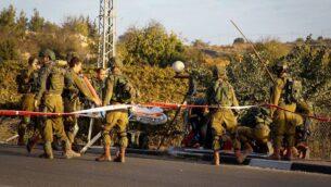 صورة توضيحية: عناصر أمن واسعاف إسرائيليون يقومون بإجلاء معتدي فلسطيني مصاب في ساحة هجوم دهس وطعن بالقرب من مفترق غوش عتصيون، 17 نوفمبر 2017. (Gershon Elinson / Flash90)