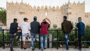 صورة توضيحية: فلسطينيون يقفون امام باب العامود في البلدة القديمة، القدس الشرقية، 14 مايو 2018. (Dario Sanchez/Flash90)