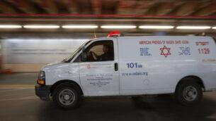 صورة توضيحية: سيارة إسعاف تابعة لنجمة داود الحمراء في مركز شعاري تسيدك الطبي، في القدس، 13 ديسمبر 2018. (Noam Revkin Fenton/Flash90)