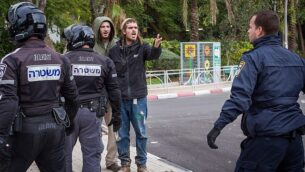 نشطاء من اليمين في مواجهة مع الشرطة خارج جلسة محكمة في ريشون لتسيون في قضية تتعلق بمشتبه بهم يهود في تحقيق أمني كبير لا تزال تفاصيلة تحت أمر حظر نشر، 31  ديسمبر، 2019.   (Flash90)