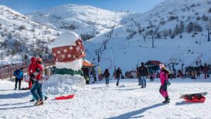 إسرائيليون يتزلجون بعد تساقط الثلوج على جبل الشيخ، وتم افتتاح موقع التزلج للموسم، في مرتفعات الجولان، 11 يناير 2019. (Basel Awidat / Flash90)