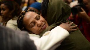 صورة توضيحية: لم شمل أفراد مجتمع الفلاشا مع عائلاتهم في مطار بن غوريون، خارج تل أبيب، 4 فبراير 2019. (Tomer Neuberg/Flash90)