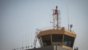 صورة توضيحية: برج مراقبة في قاعدة عوفدا الجوية في صحراء النقب جنوب إسرائيل، 11 نوفمبر 2019. (Yonatan Sindel / Flash90)
