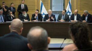 رئيس الوزراء بنيامين نتنياهو يتحدث خلال اجتماع في الكنيست مع  كتلة اليمين، 18 نوفمبر، 2019.(Hadas Parush/Flash90)