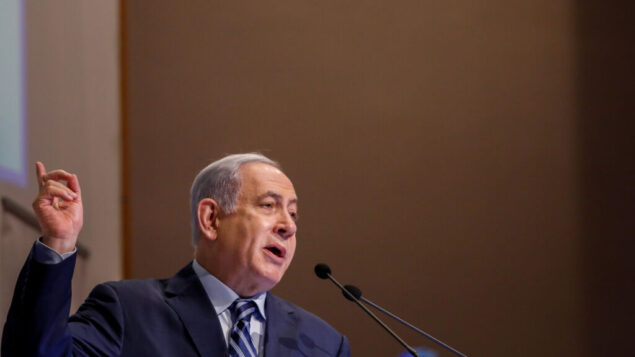 رئيس الوزراء بنيامين نتنياهو يتحدث خلال مؤتمر منتدى 'كوهيليت' في مركز بيغن، في القدس، 8 يناير 2020. (Olivier Fitoussi / Flash90)