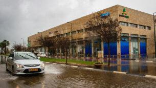 طريق غمرته المياه بعد هطول الأمطار الغزيرة في مدينة نتانيا، في 19 يناير 2020. (Flash90)