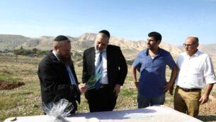 وزير الداخلية أرييه درعي يزور غور الأردن، 28 يناير 2019. (Yaakov Cohen/Shas campaign)