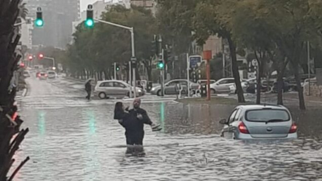 امرأة تنقذها الشرطة من الفيضانات في أشدود، 9 يناير 2020 (Israel Police)