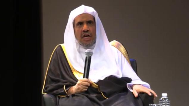 محمد العيسى، الأمين العام لرابطة العالم الإسلامي،  خلال حديث له في 25 أبريل، 2018 في 'متحف التراث اليهودي - نصب تذكاري حي للمحرقة'.  (Screenshot: American Sephardi Federation)