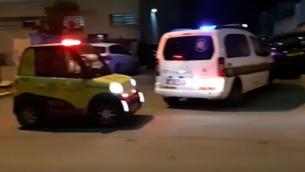 مركبات الطورائ في موقع جريمة قتل في بيتح تيكفا، 16 يناير، 2019.  (Screen capture: Ynet)