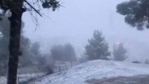 لقطة شاشة من فيديو يظهر تساقط الثلوج في مدينة صفد الشمالية، 21 يناير 2020. (Twitter)