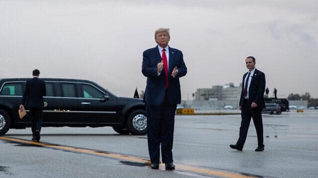 الرئيس الأمريكي دونالد ترامب يصل إلى مطار ميامي الدولي في طريقه للمشاركة في الاجتماعات الشتوية للجنة الوطنية للحزب الجمهوري، 23 يناير، 2020. (AP/Evan Vucci)