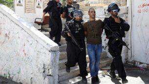 الشرطة الإسرائيلية تعتقل فلسطينيين خلال مواجهات في حي العيساوية بالقدس الشرقية، 28 يونيو، 2019. ( Mahmoud Illean /AP)
