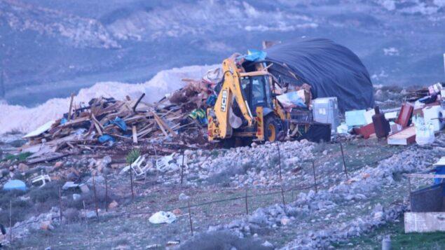 القوات الإسرائيلية تقوم بهدم منزلين غير قانونيين في بؤرة كومي أوري الاستيطانية، 15 يناير 2020 (Elazar Riger)