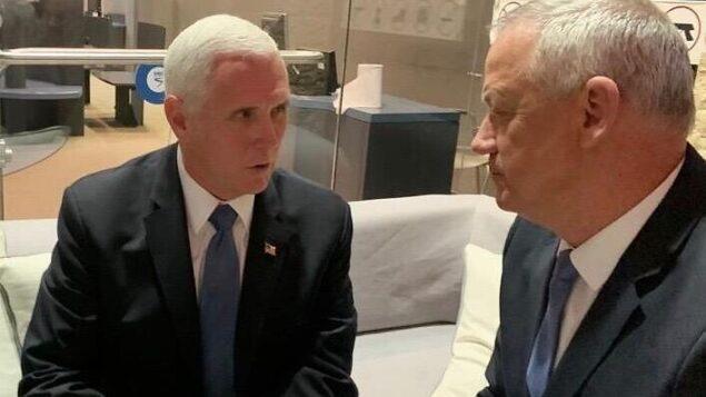 زعيم حزب 'ازرق ابيض' بيني غانتس (يمين) يجتمع مع نائب الرئيس الأمريكي مايك بنس في القدس، 23 يناير 2020. (Courtesy)