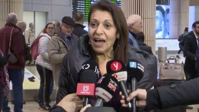 لقطة شاشة من فيديو يظهر يافا يسسخار، التي ابنتها نعمة مسجونة في روسيا، عند وصولها إلى مطار بن غوريون، إسرائيل، 19 يناير 2020. (Channel 12 news)