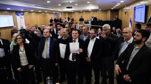 القائمة المشتركة تقدم قائمة مرشحيها للجنة المركزية للاتخابات في الكنيست، 15 يناير، 2020.  (Olivier Fitoussi/Flash90)
