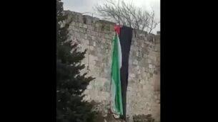 علم فلسطيني معلق على ن جدران القدس القديمة، 1 يناير 2020. (screen capture: Twitter)