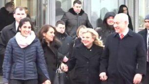 نعمة (يمين) ويافا يسسخار (الثانية من اليسار) تسيران إلى جانب رئيس الوزراء بنيامين نتنياهو (يسار) وزوجته سارة (الثانية من اليسار) في مطار موسكون 30 يناير، 2020. (Screen grab/Channel 12 News)