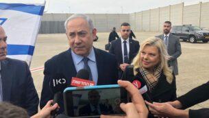 رئيس الوزراء بنيامين نتنياهو يتحدث مع وسائل الإعلام قبل السفر إلى اليونان لتوقيع اتفاق كبير لتوريد الغاز الطبيعي، 2 يناير 2019. (Shalom Yerushalmi/Times of Israel)