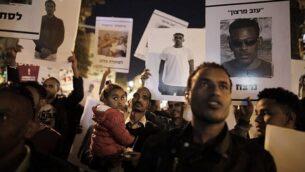 مهاجرون أفارقة ومناصريهم يتظاهرون في القدس في 4 أبريل، 2018، ضد إلغاء رئيس الوزراء بنيامين نتنياهو لاتفاق مع الأمم المتحدة لتجنب ترحيلهم قسريا.(AFP/Menahem Kahana)