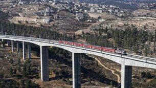 مقطع من خط القطار السريع القدس-تل أبيب على مشارف القدس، 25 سبتمبر، 2018. (Ahmad Gharabli/AFP)
