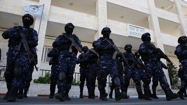 عناصر في الشرطة الفلسطينية يشاركون في دورة تدريبية في مقر الشرطة بمدينة الخليل بالضفة الغربية، 30 يناير، 2019. (HAZEM BADER / AFP)