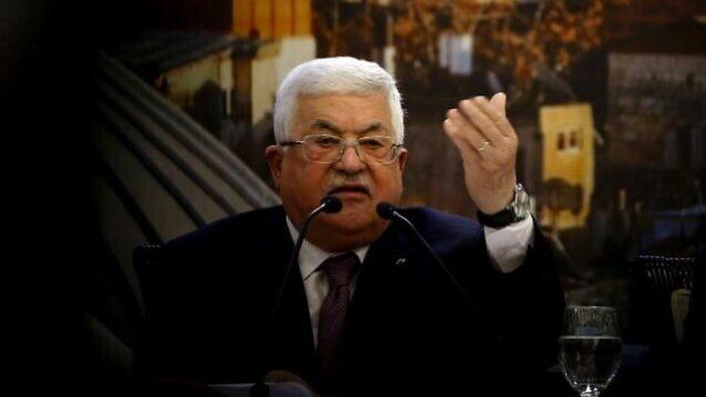 رئيس السلطة الفلسطينية محمود عباس يلقي خطابا في مدينة رام الله بالضفة الغربية في 28 يناير، 2020، في أعقاب إعلان الرئيس الأمريكي دونالد ترامب عن خطته للسلام في الشرق الأوسط.  (Photo by ABBAS MOMANI / AFP)